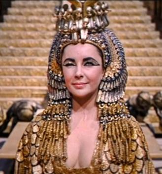 Cleopatra soffrente mentre si depila